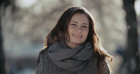 parlayan : Sunny winter joyful happy woman portrait outdoors on a Sunny winter day Stok Video