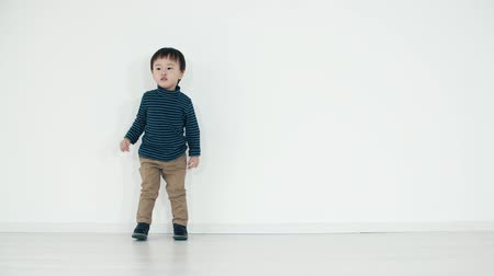 азиаты : Asian boy 5 years old funny dance on white background Стоковые видеозаписи
