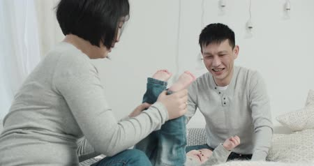 утешитель : slow motion, a young Asian couple with a little girl in the bedroom, birth of a baby in the family Стоковые видеозаписи