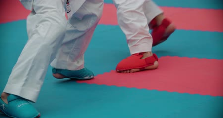 participante : MOSCOW - March 11, 2017,the arena Sambo-70, the Cup of Russia on karate: two women, girls fight in the Kumite, slow motion, close-up feet Vídeos