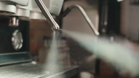 capuccino : Slow motion van stoomstroom van koffiemachine, extreme close-up Stockvideo