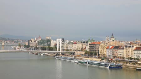 парламент : Panoramic overview of Budapest, Hungary on sunny day