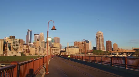 в центре города : Downtown Minneapolis, Minnesota in the morning as seen from the famous stone arch bridge