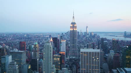 império : New York City panoramic cityscape in the evening at sunset Stock Footage