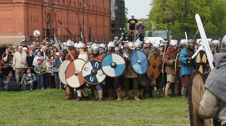 demonstrativní : St. Petersburg, Russia - May 27, 2017: A demonstrative battle of the ancient Vikings. Festival of Historic Reconstruction in St. Petersburg Petersburg, Russia