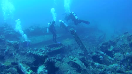 ss : Divers inspect the wreckage of wreck ship SS Carnatic, Red Sea, Egypt