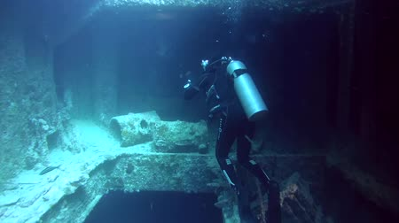 ss : Diver inspects the cargo in the hold of the wreck SS Thistlegorm, Red Sea, Sharm el Sheikh, Egypt, Sinai