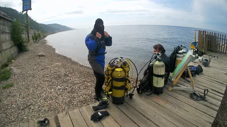 atrás : Underwater painter Yuriy Alekseev preparing to dive. Lake Baikal, Siberia, Russia, Eurasia