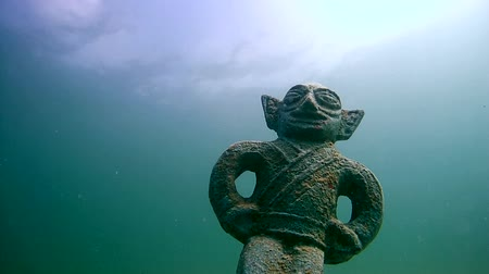 atrás : Ancient sculpture under water, Siberia, Russia, Eurasia
