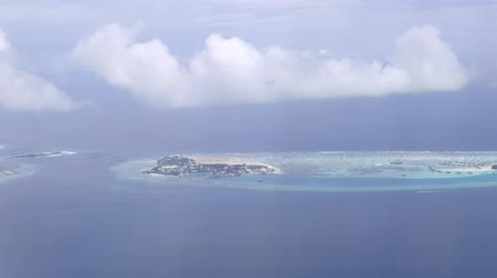 atol : Flying close over tropical sandy islands, Indian Ocean, Maldives Stock Footage