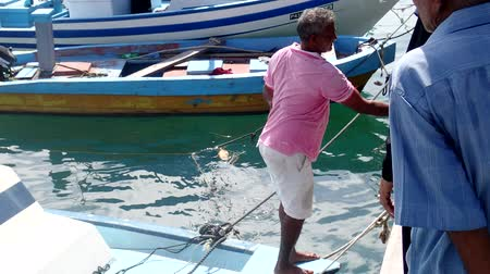 atol : The fisherman takes his catch from the boat - Fuvahmulah island, Indian Ocean, Maldives