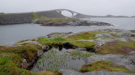 atlantico : Storseisundet Bridge en un día lluvioso, Atlantic Ocean Road, Noruega Archivo de Video