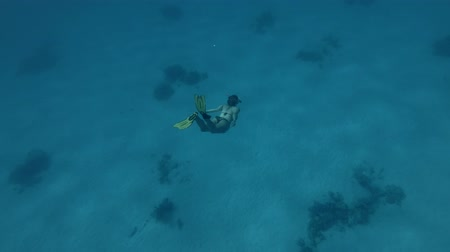 persone : A woman in a mask and fins dives to the depths Underwater shot, 4K  60fps
