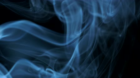 plamen : Blue smoke blowing from bottom to top. Closeup