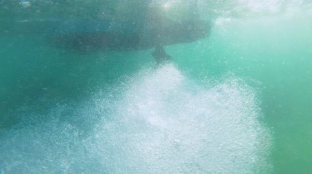 vidalar : Bubbles from the running speedboat propeller - Underwater shot Stok Video