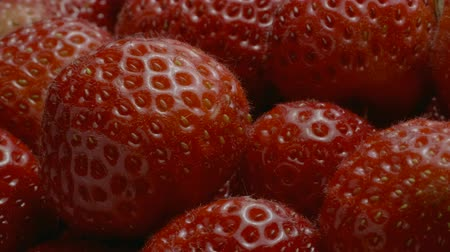 grãos : Slow motion rotation of strawberries. Extreme close up, Camera rotation 360 degrees.