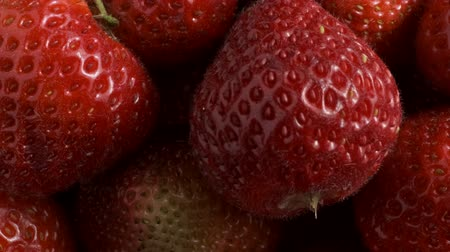 magas szög : Fresh ripe strawberries. Rotation 360 degrees, Top view, Extreme close up. 4K - 50fps