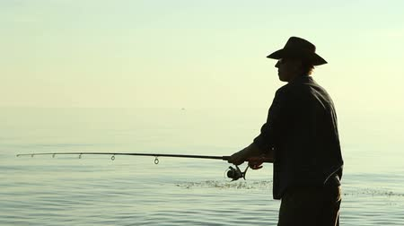 truta : Fisherman on the lake in a cowboy hat. Stock Footage