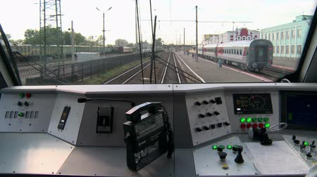 sáně : The view from the cab of a modern train locomotive.