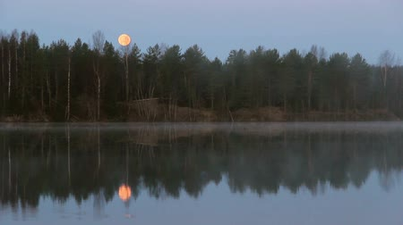İskandinavya : full moon with fog over early morning river