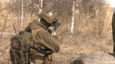 винтовка : A soldier looks through the gun sight.Armed conflict.