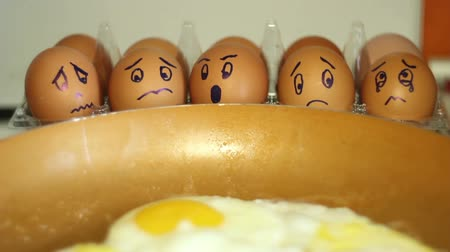 oválný : eggs with painted faces look on the pan ,scrambled eggs with humor. Dostupné videozáznamy