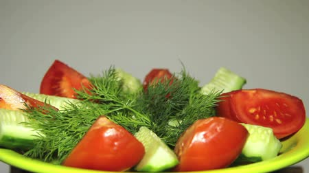 okurka : Fresh vegetables on the plate, in a circular motion. Dostupné videozáznamy