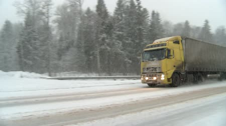 finlandiya : Winter snowstorm on highway.Cars driving through the snow.