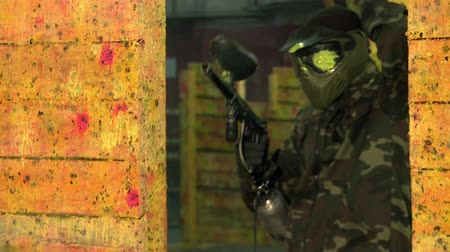 paintball : Paintball.The player shoots at the enemy in an urban environment.