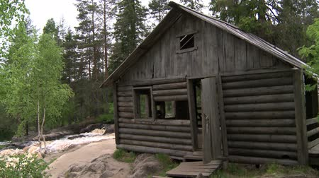 finlandiya : Abandoned hunting Lodge in the forest.