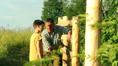фехтование : Father teaches his son to do the fence.
