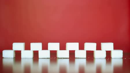 níveis : White sugar on a red background.
