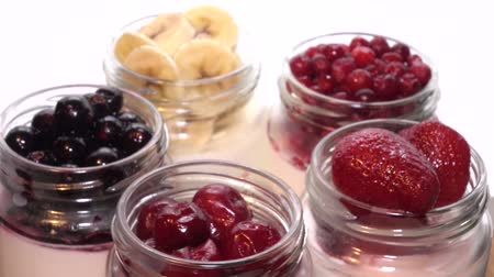 пюре : Fresh berries in the jar with the yogurt.