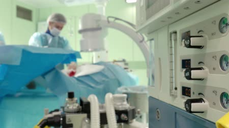 фельдшер : medical equipment for anesthesia . Surgeons perform surgery in the operating room.