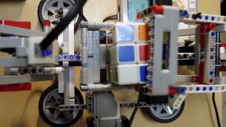 tecnológica : The robot collects Rubiks cube. Robotics.Science, technology.