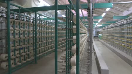 змеевик : Industrial textile factory. Coils with threads in production Стоковые видеозаписи