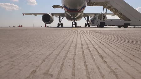 construir : aircraft stay with the ramp at the airport