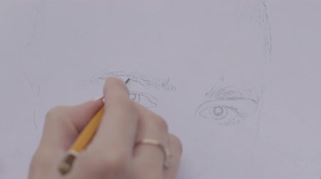 vonalvezetés : woman draws mans portrait eyebrows