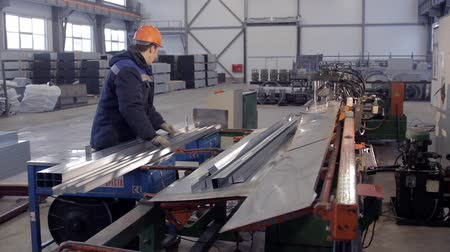 automatický : worker is packing metal beams
