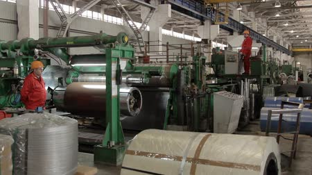 çinko : drum of rolling machine with colored metal sheet 1 Stok Video