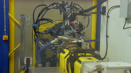 automatický : automatic testing engine of car on an automobile plant