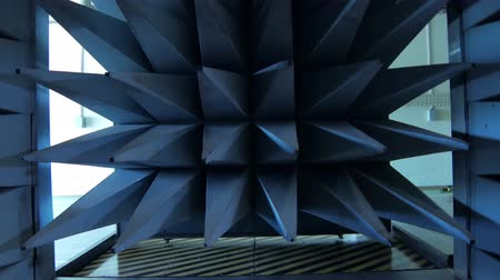 absorption : automatically closing door of radio-frequency anechoic chamber