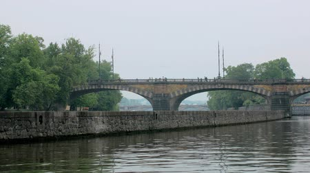 Česká republika : old stone bridge over Vltava river in Prague, between shore