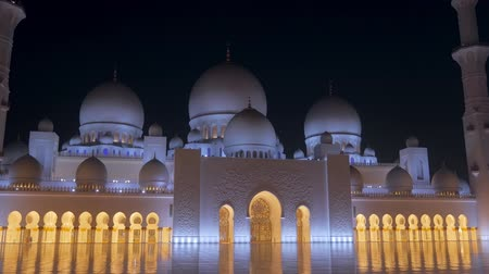 grand mosque : ABU DHABI, U.A.E. - JAN, 2018: Front View of Sheikh Zayed Mosque in night time Stock Footage