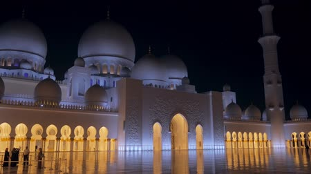 mesquita : ABU DHABI, U.A.E. - JAN, 2018: Front View of Sheikh Zayed Mosque in night time, tourists are taking photo