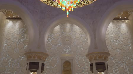 grand mosque : ABU DHABI, U.A.E. - JAN, 2018: Sheikh Zayed Grand Mosque, interior of praying room, panorama to chandelier Stock Footage