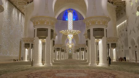 grand mosque : ABU DHABI, U.A.E. - JAN, 2018: Sheikh Zayed Grand Mosque, view on huge prayer hall Stock Footage