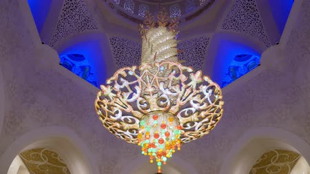 grand mosque : ABU DHABI, U.A.E. - JAN, 2018: Sheikh Zayed Grand Mosque, luxury decoration of ceiling in praying room Stock Footage