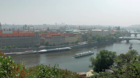 amazing top panorama on Prague city, famous Vltava river and bridges over it Vídeos