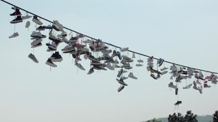 cadarço : shoe dangling in wires in city in summer day, funny folk sports of youth Vídeos